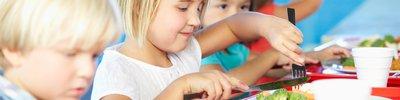 Kinder in der Schule oder Mensa beim Essen